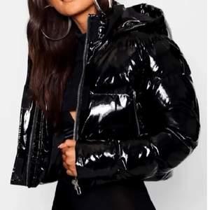Säljer min svarta lack jacka från bohoo. Använd ungefär en månad men är i nästan helt nytt skick. Inte sliten och inga fläckar. Hör av dig om du är intresserad eller har frågor!❤️❤️