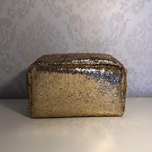 Otroligt fin guldig väska! Aldrig använt🌸