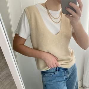 Trendig stickad väst i strl M. Sitter snyggt oversized på mig som har xs/s i vanliga fall 💚 köparen står för frakt