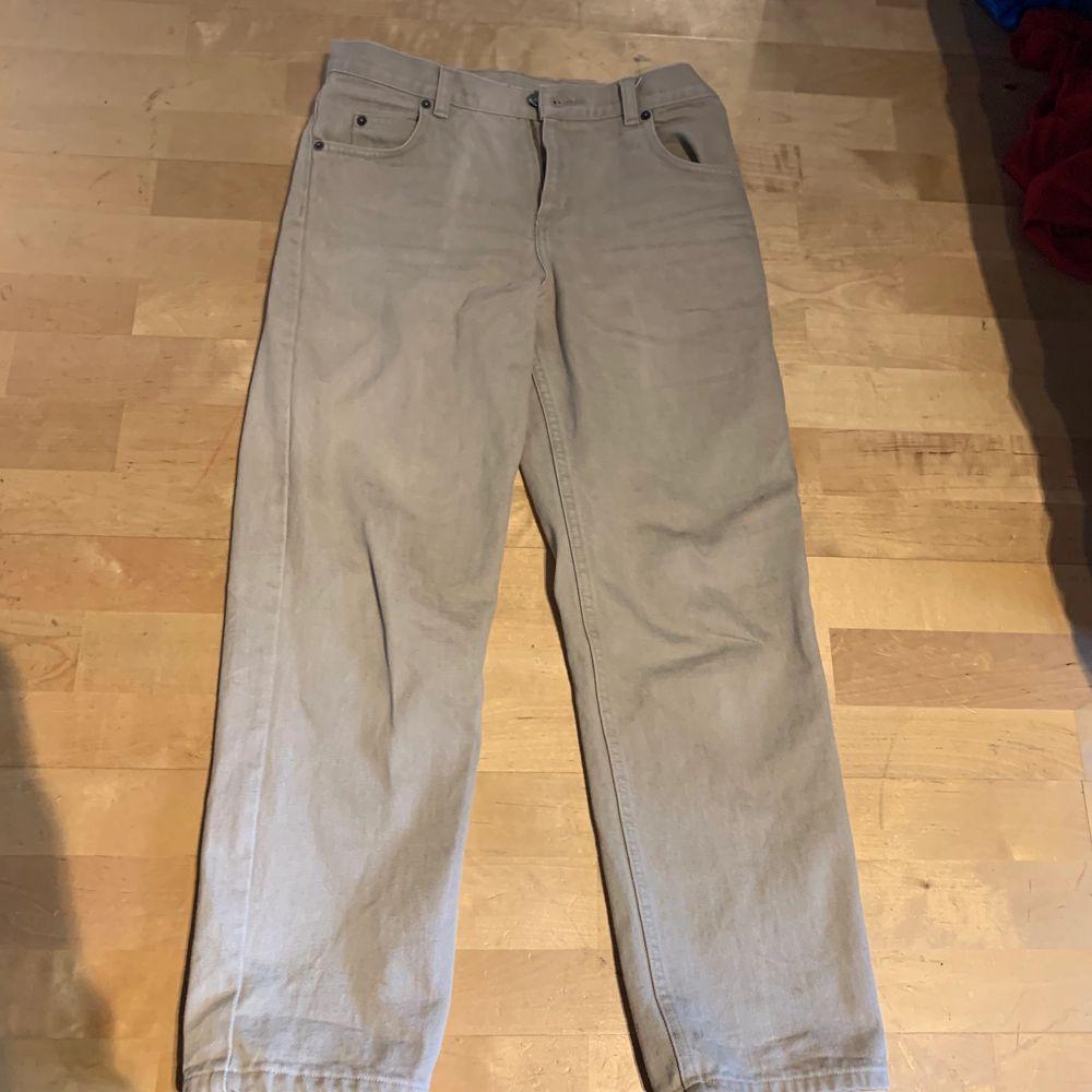 Snygga beiga jeans från beyond retro. Säljer för har växt ur dom. Står ingen storlek på dom men skulle säga att dom är S . Jeans & Byxor.