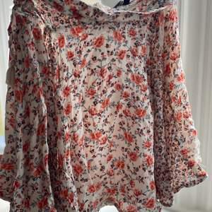 Knappt använd kjol pågrund av att den är för liten för mig. Är bra i storlek och perfekt nu till sommaren!