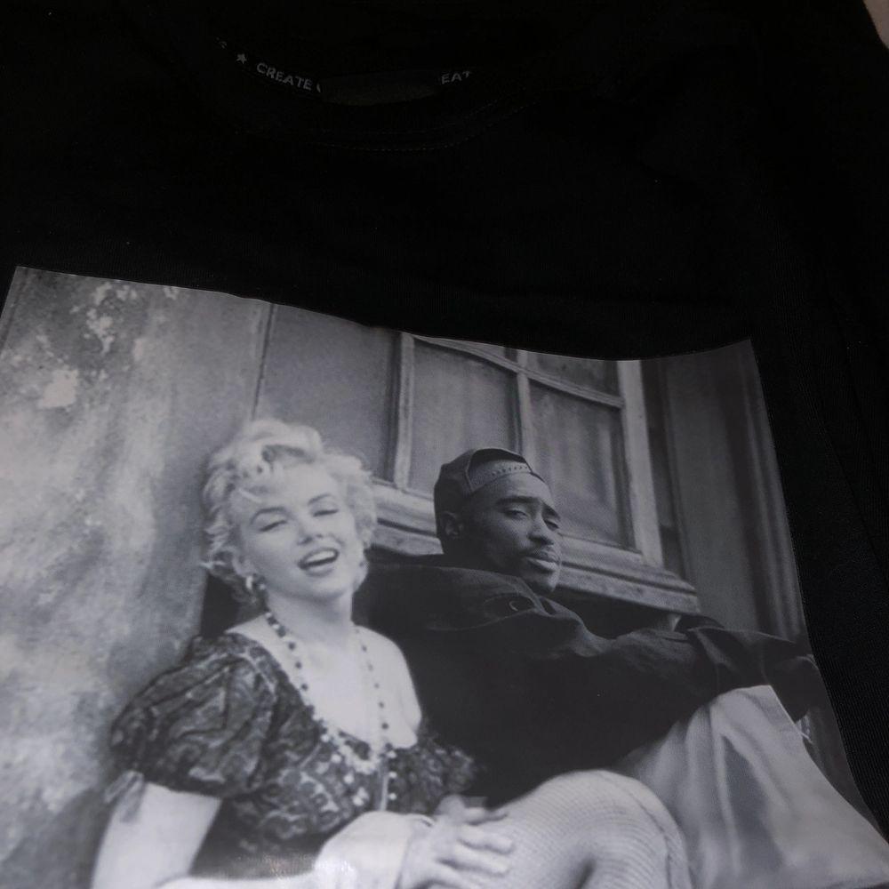 Supercool Marilyn Monroe och Tupac tshirt, aldrig använd! Skriv ifall du har några frågor :) 😇❤️❤️ Frakt: 56kr❤️. T-shirts.