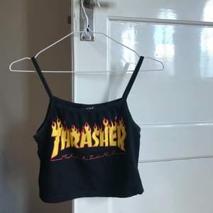 Svart Thrasher linne, croppad. Står ej storlek men som en S. Köpt secondhand, aldrig kommit till användning själv. Frakt tillkommer 💚