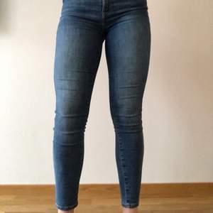 Detta är ett par BikBok jeans, modellen ska passa bra för att vara ett par ankle jeans.  Modellen heter Peachy high sea ankle. Dessa är perfekt och älskar de och ska köpa likadana fast en mindre storlek för de är  tyvärr för stora...