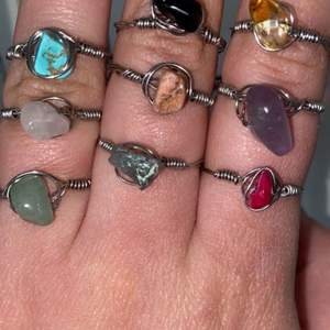 Är någon intresserad att köpa dessa ringar så kontakta mig. 25kr/ring💕 priset kan diskuteras. Om ni har någon fråga eller vill se mer bilder är det bara att kontakt och skriva❤️se bild 3 för att se vilka kristaller jag har. Köparen står för frakt:)🥰 och ni får även välja storlek (har ringsizer)