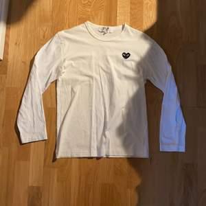Långärmad CDG Play tröja med svart hjärta på bröstet. 8,5/10 skick, använd men utan synliga fel. Storlek L på tagsen men sitter snarare som en S eller liten M. Buda gärna!