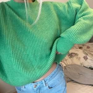 Säljer min mysigaste stickade tröja ifrån H&M i storlek L, super bra skick då den inte används så mycket💚