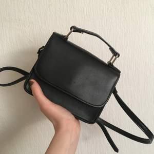 Svart sidoväska från veromoda 16x12 och 5cm i bredd. Remmen kan man justera