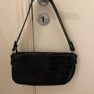 Säljer min fina svarta väska då den inte längre kommer till användning. Skicket är jättebra💞💞Köpare står för frakt, budgivning om fler är intresserade