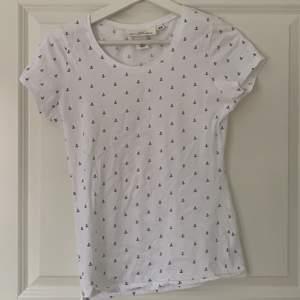 En fin vit t-shirt med blåa ankare på. Aldrig använd då den var för liten för mig i storleken. Frakt tillkommer☺️