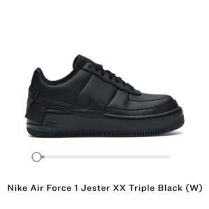 Nästintill helt oanvända Nike air force 1, använd MAX 10ggr. Strl 38. Tvättade och rena samt helt oanvända sulor då jag hade andra sulor insatta. Otroligt sköna att gå i🖤 nypris ca 1.299kr, mitt pris 700kr + frakt, går dock att diskuteras om du vill få det billigare.