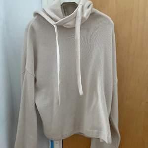 Säljer denna Kashmir hoodie som är så snygg och perfekt till våren använd ca 2 gånger båda gångerna var hemma❤️ köpt på hm för 999