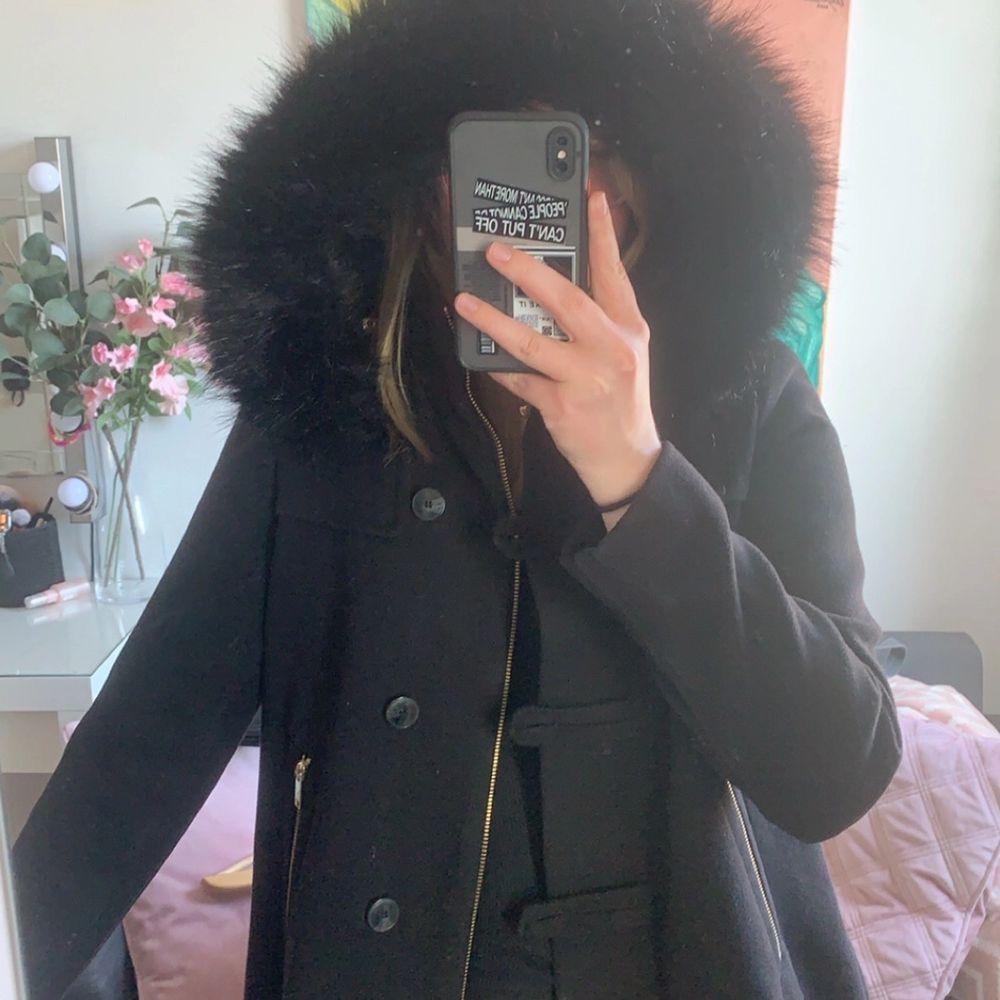 Super fin kappa från Zara med päls (fake). Är i fint skick och säljer pga att den är för liten. Köparen står för frakten!. Jackor.
