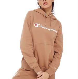 Skitfin Champion-hoodie i beige/brun färg, utan fläckar, ser ut som ny! Köpt från JD sports för 700 kr, börjar på 150 kr men om fler är intresserade så får den med högst bud! Köparen står för frakten, går att mötas upp i Gbg, skriv för fler frågor 🥰