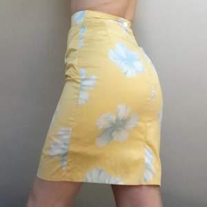 Somrig kjol med dragkedja och knapp baktill. Rak modell med en slits baktill. Insydd litegrann i midjan. Frakt: 64kr💕
