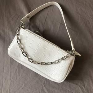 Jätte fin vit väska med orm inspirerad tyg och silver kedja som detalj. Köpt på shein för 100kr och säljer den för 30kr+ frakt 🧚✨
