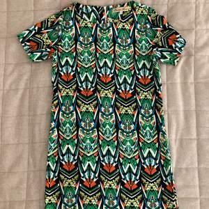 En färgglad klänning, använd endast ett fåtal gånger. Köpt i London. Endast swish, köparen betalar frakt.