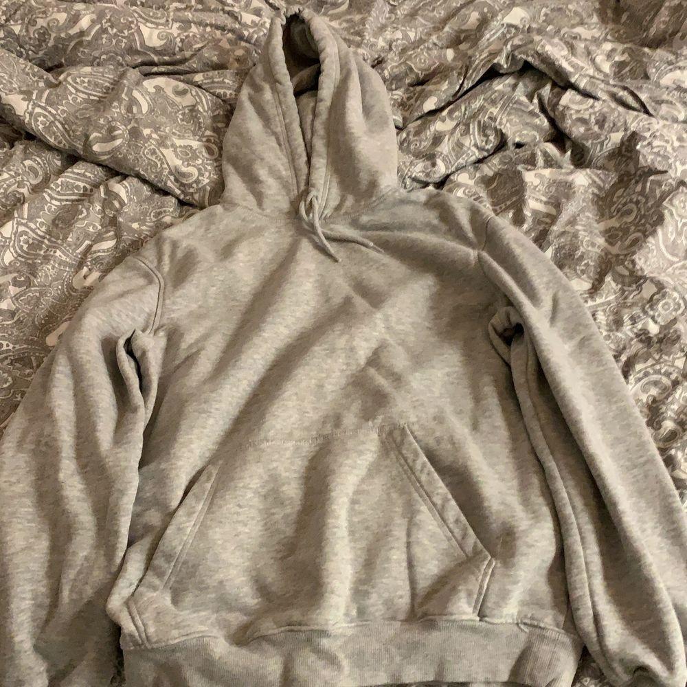 Vanlig grå hoodie från H&Ms mansavdelning. Tröjor & Koftor.