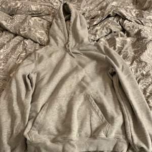 Vanlig grå hoodie från H&Ms mansavdelning