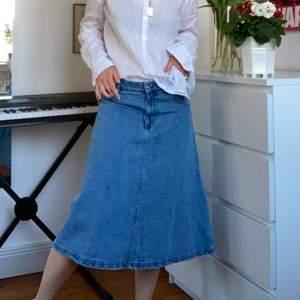 """Assnygg lång jeanskjol i modellen """"Eva"""". Köpte för några år sedan men har tyvärr inte kommit till stor användning = bra skick."""