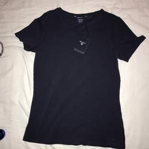 Lätt t-shirt från Gant, helt ny. Tveka inte att fråga om mer info och/eller bilder vid intresse 💕