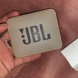 säljer min nya JBL högtalare då jag har andra störd högtalare som jag använder mer. Har bara provat ljudet på den och det är super bra. Säljer den för 125 kr plus frakt. Kan även mötas upp i centrala stockholm. Man får även med oöppnat laddare till den.