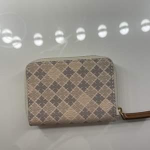 Jättefin plånbok i jättebra skick köpt i höstas. Behöver tyvärr sälja min fina plånbok eftersom behöver köpa en korthållare istället. Originalpris 699kr jag säljer för 450kr + 12kr frakt. Nästan som nyskick