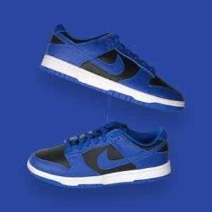 Säljer helt nya & oanvända Nike Dunk Low Hyper Cobalt  storlek 38. Köpta från JD Sport, kvitto kan uppvisas! Fraktas spårbart & dubbelboxat på köparens bekostnad. Vid stort intresse blir det budgivning! Kolla in @LocalJords på Instagram för fler limiterade Jordans!
