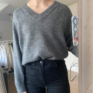 Säljer en stickad tröja med v-ringning från H&M, 70 kr + frakt