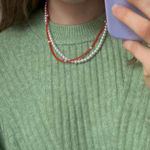 Rött handgjort halsband❤️ Passar så bra till sommaren🥰 Fler smycken @sthlm.jewelry💜