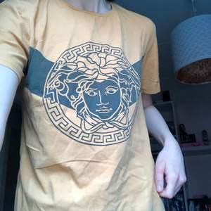 versace tshirt köpt på second hand så troligtvis INTE äkta! den är i asian size XXL men passar S 💗 aldrig använd, har bara provat! 150 kr + frakt!