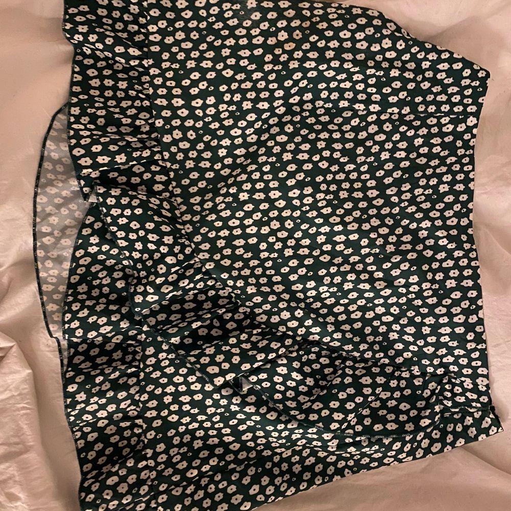 såååå gullig kjol från shein. Ser lite mörk ut på bilden men den är grön i verkligheten!! Har dargkjedja bak! Storlek L men passar M.💚  köparen står för frakten! . Kjolar.