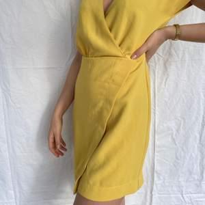 Senapsgul klänning ifrån bershka i strl M🌼 hör av dig vid frågor och kolla gärna mina andra annonser🤩