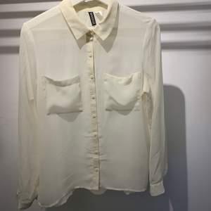 Skjorta i skönt material som är sparsamt använd