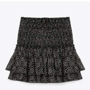 Säljer min kjol som jag köpte för 2 månader sen men är aldrig andvänd. Storlek L men sitter som en M