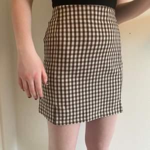 Jätte fin rutig kjol från brandy melville, skulle säga att den passar xs/s 💞