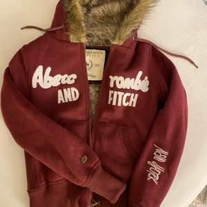 En otroligt snygg och mysig abercrombie and fitch hoodie! Storlek S Knappt använd så är i bra skick! DM för mer info!💕