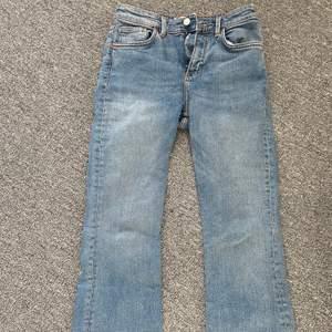 Säljer ett par blåa högmidjade zarajeans!! Byxorna är en kortare modell på ett par utsvängda byxor, använda ett fåtal gånger pga förstora, kan skicka tydligare bilder om det behövs!! (köparen betalar frakt)