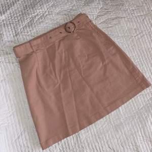 Riktigt skön kjol som både är snygg och sitter bra. Tyvärr är den lite för kort för mig som är 175cm
