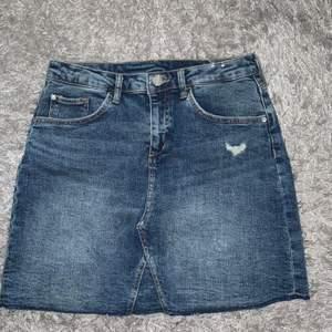 Jeans kjolen är ifrån H&M, stk 158 och är i bra skick, knappt använd en gång. Jag säljer den för 25kr. Svarta kjolen är ifrån Kappahl, stk 134-140 och är i ny skick. Jag säljer den för 25kr. Rosa kjolen är ifrån Lager 157, stk 160 och är aldrig använd. Kjolen säljs för 25kr.