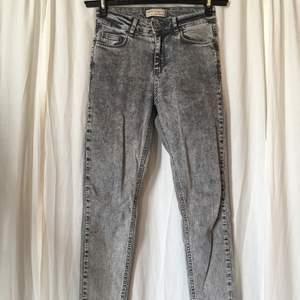 Tighta jeans med mycket stretch från Chiquelle. Detaljer vid benslut. Storlek 36.