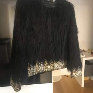 Fusk päls jacka från unreal fur  Aldrig använt St S  Inköpt på nely  Ord pris : 2499 kr  Väldigt fin Lyxigt, fin glans