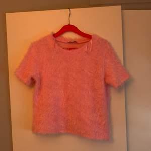 Sååå fin fluffig T-shirt från zara storlek s, anvönd en gång😍😍