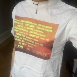 Oanvänd t-shirt från pull&bear!!! Storlek xs men sitter oversized. Köparen står för frakten :)