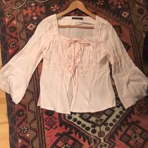 Jätte fin rosa blus som ger ✨farry✨ och cottagecore vibes! Utsvängda ärmar och spetts, allt man kan önska sig! Det står att den är stork L men skulle snarare säga att den är XS/S. Köparen står för frakten <3