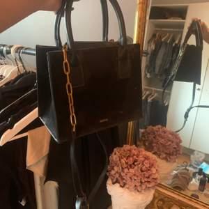 Såå fin liten väska med mycket utrymme! Knappt använd dock ett märke men inget som syns💓💓