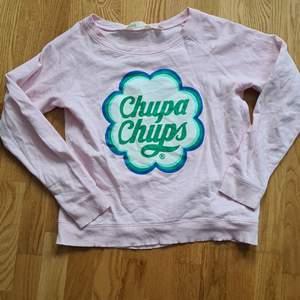 Super fin tröja från hm med märket chupa chups. Använd men i gott skick. Den är ex antal år gammal och går inte ett köpa längre. Storlek 170 men passar XS-M beroende på hur man vill att den ska sitta. 300kr ink frakt