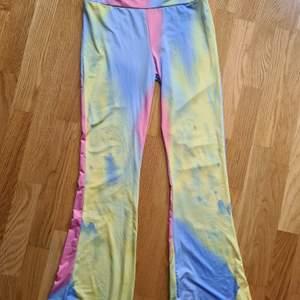 Super fina byxor som har lite vida ven. Färgerna är magiska och bilden gör dom inte rättvis stoelek S. 400kr +frakt