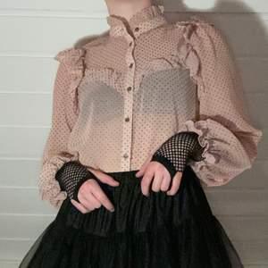 Rosa blus med prickigt mönster, den är från Zara och är i fint skick