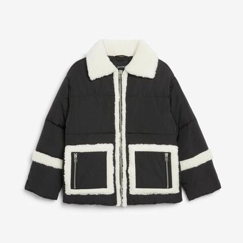 Puffer jacket från monki, i bra skick och självklart nytvättad☺️ Ursprungligen XXS men passar XXS-S flr den är oversized. Inga defekter, köpare står för frakt, kontakta för fraktkostnad💘 Meddela gärna vid övriga frågor också svarar gärna på dem!🙏. Jackor.